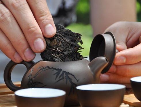 Отломанный кусочек пуэр положите в чайничек